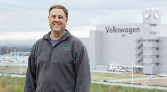 "DIVERSITY OF ""GREEN"" IDEAS – Landscape gardener Kevin McGregor has made many new ideas reality together with Volkswagen: ""Colleagues from all over the country come to see what we have done here."" (photo)"